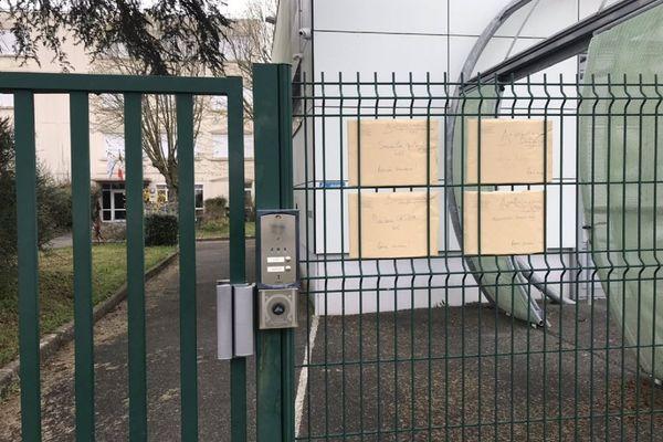 Les enveloppes sont mise à disposition des élèves sur les grilles de l'établissement.