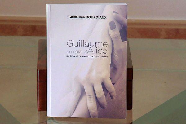En écrivant son autobiographie, ce jeune homme handicapé milite en faveur d'une légalisation de l'assistanat sexuel en France.