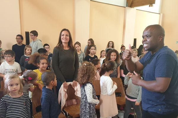 Alfonso Nsangu dirige les jeunes chanteurs du Gospel Kids