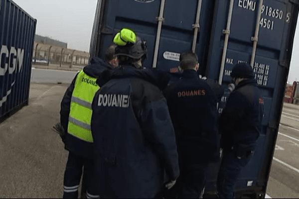 Contrôle d'un conteneur par des douaniers sur une zone portuaire de Seine-Maritime - Archives