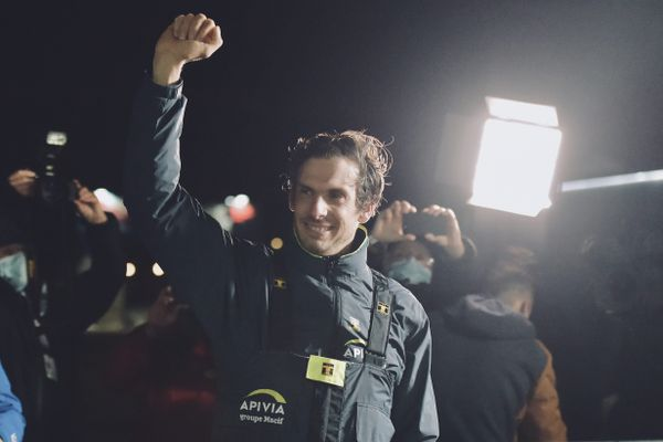 Le Havrais Charlie Dalin est arrivé deuxième du Vendée Globe 2020, derrière Yannick Bestaven qui a bénéficié de bonifications.