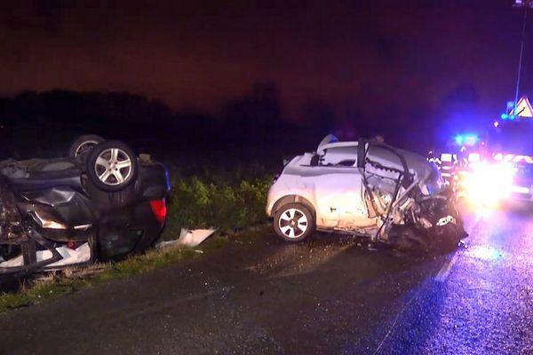 Le choc frontal entre les deux voitures a été extrêmement violent.