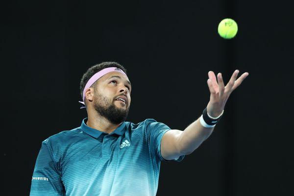 Jo-Wilfried Tsonga, désormais 210e joueur mondial, s'est imposé dans le duel 100% français contre Gilles Simon en deux sets pour atteindre les quarts de finale, lors de la 3e journée du tournoi de Montpellier, mercredi.