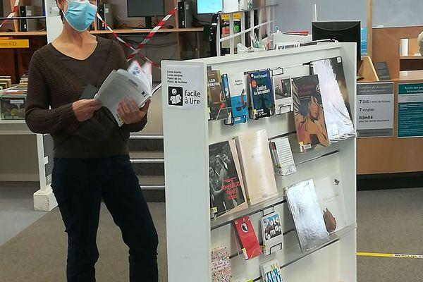 """Le nouveau présentoir de la médiathèque de Lorient, dédié aux livres de l'opération """"Facile à  lire""""."""