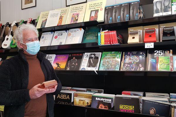 Michel Brochard propose aussi des ukulélés et des kalimbas dans sa librairie musicale à Bordeaux