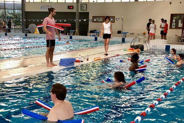 """Lors d'un """"cours adapté"""" à la piscine des Dauphins de Grenoble."""