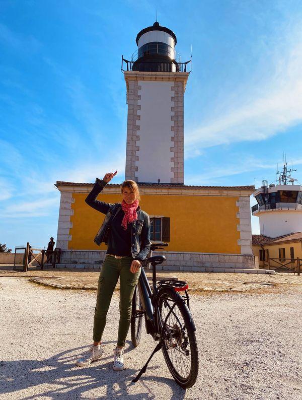Nathalie sous le phare du Cap Camarat, l'un des plus hauts de France.