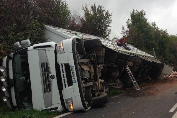 Le camion au fossé sur la RD 748 à Secondigny (79).