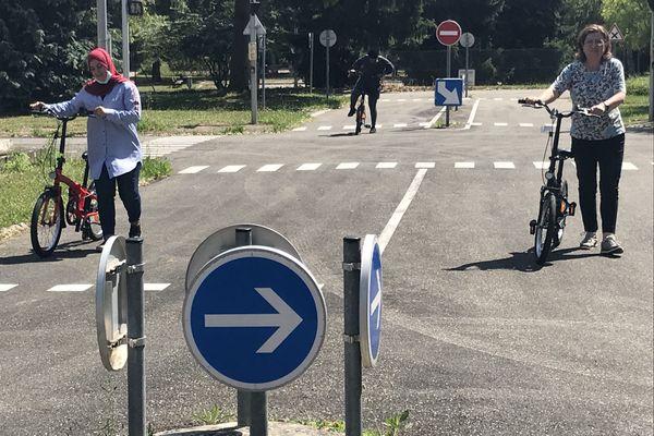 Une vélo-école, avec des voies, des panneaux, des feux pour apprendre à faire du vélo