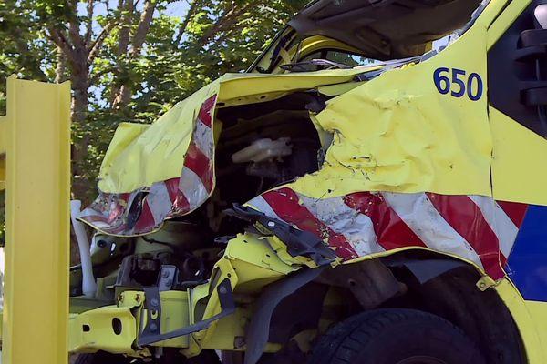 Un véhicule autoroutier victime d'un accident, présenté aux chauffeurs pour leur rappeler les conséquences d'une conduite à risque