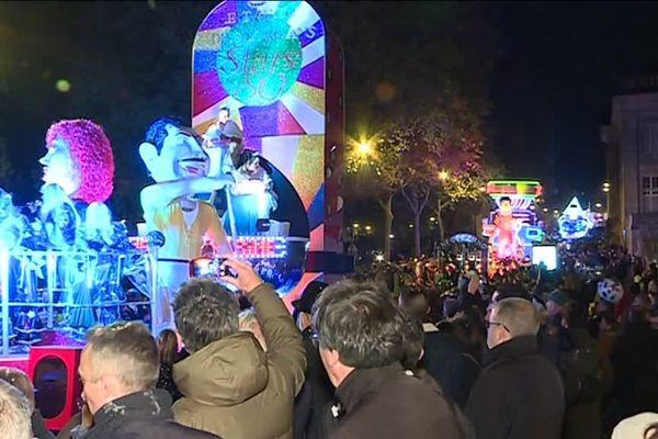 Le carnaval nocturne de Nantes a attiré des milliers de personnes tout au long du parcours.