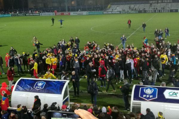 Les joueurs vitréens fêtent leur victoire avec leurs supporters en fin de match