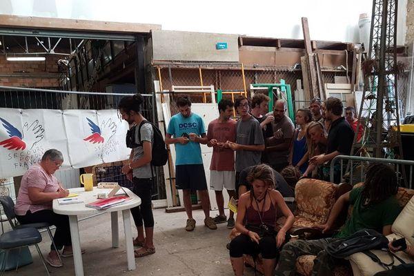 Les bénévoles du secours populaire inscrivent les vendangeurs qui travaillent dans le Médoc.