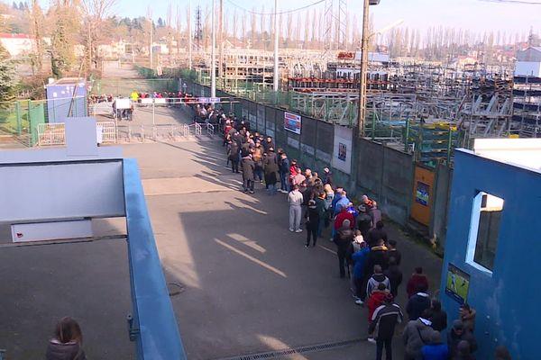 Une très longue file d'attente aux guichets : les supporters se sont précipités pour acheter les billets et assister au match de quart de finale de la coupe de France de  football Belfort-Rennes.