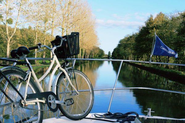 Faire du tourisme fluvial sur le canal du Centre en louant un bateau, une idée pour les vacances...