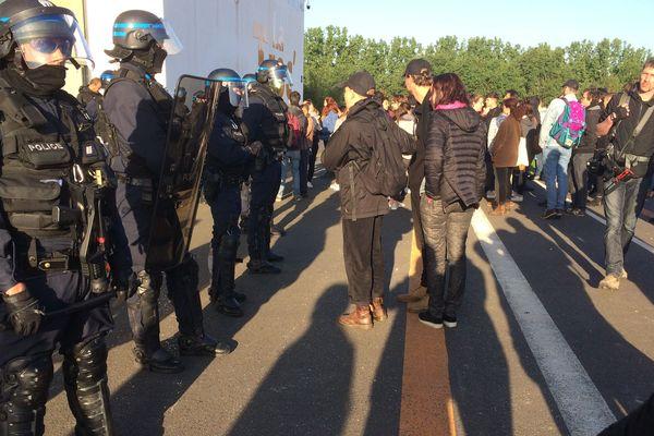 Une cinquantaine de militants ont tenté de s'opposer à la tenue des examens