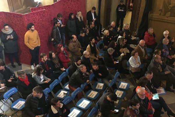 Les journalistes peuvent suivre à distance le déroulement du scrutin depuis la salle de presse