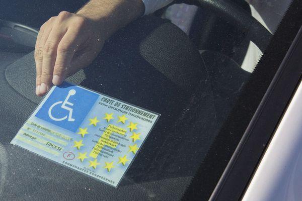 La carte européenne permet un stationnement gratuit uniformisé dans l'ensemble des villes de l'Union pour les personnes handicapées