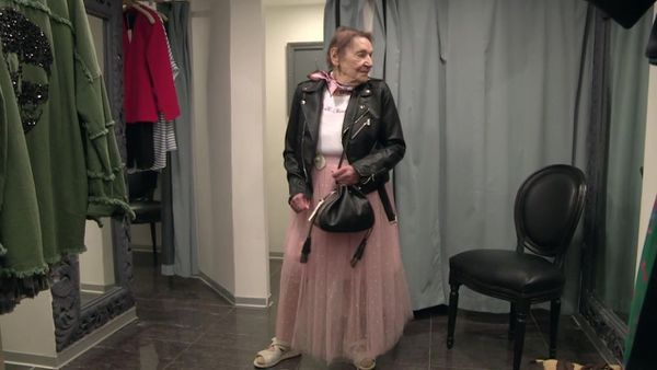 Pâquerette lors d'une séance d'essayage dans une boutique de Belfort