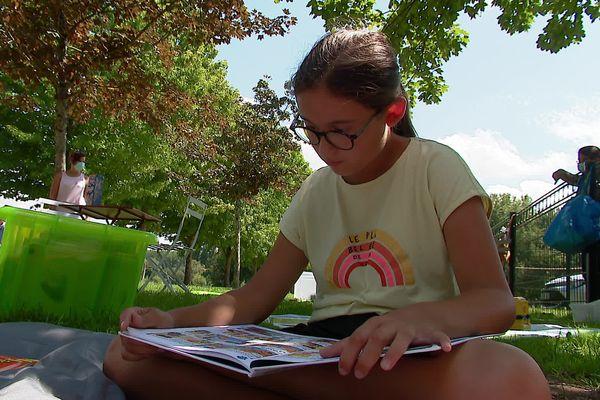 """Mélissa, 10 ans est venue """"lire au calme""""."""