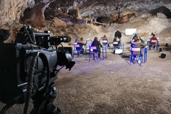 """Les collégiens de Tarascon participent à l'enregistrement de l'émission de télévision """" Tous prêts pour la dictée"""" dans la grotte de Bedeilhac en Ariège."""