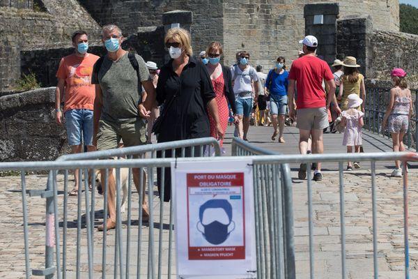 Le port du masque obligatoire dans les rues gagne du terrain en Bretagne. Ici à Concarneau, la mesure était entrée en vigueur le 21 juillet