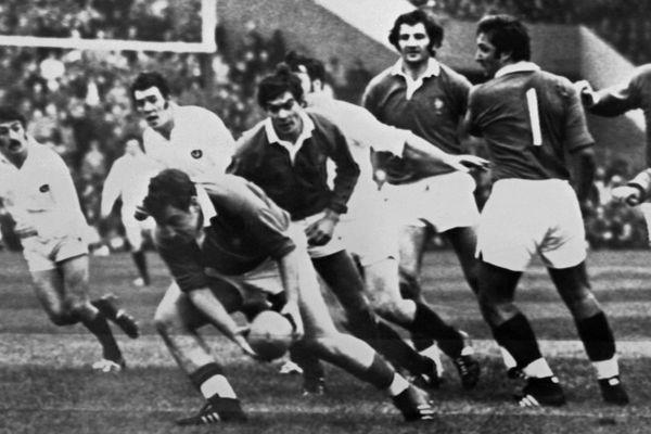 Une légende du rugby : là, le ballon en main, face à l'Ecosse en 1972 en test match