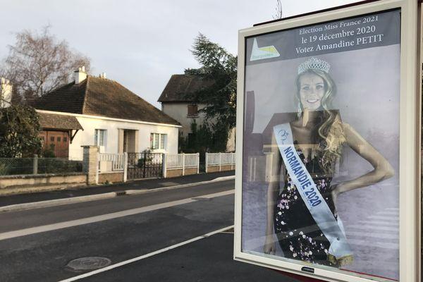 Le portait d'Amandine Petit, Miss Normandie 2020, est affiché dans les rues de la commune de Bourguébus.