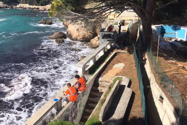 Les ouvriers (en orange) ont commencé leur travaux sur le sentier littoral.