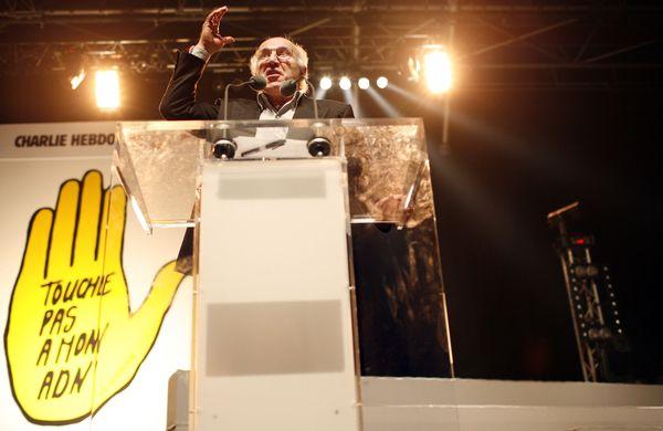 Michel Piccoli en plein discours le 14 octobre 2007 lors d'un meeting organisé par l'association SOS Racime, le quotidien Libération et l'hebdomadaire Charlie Hebdo pour protester contre les tests ADN sur les migrants.