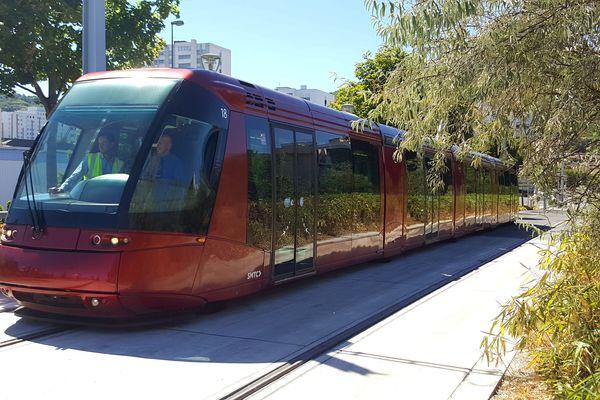 Après deux mois et demi d'entretien des voies, et une semaine de circulation à vide, le tramway de Clermont-Ferrand reprend enfin de l'activité.