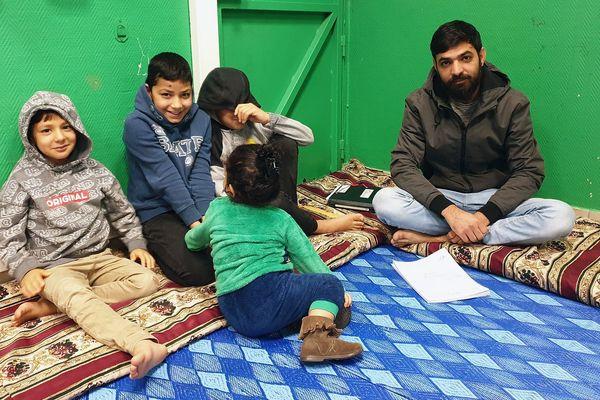 Hossein, le père, et ses quatre enfants, doivent dormir à même le sol.