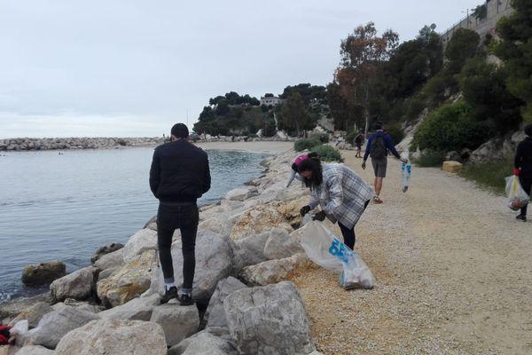 150 personnes ont participé au ramassage du Tarpin Propre, sur les plages de Corbière au nord de Marseille.