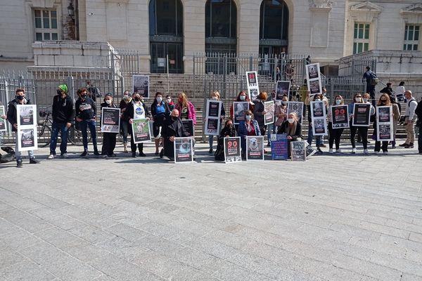 Manifestation des association de protection des animaux avant le procès initialement prévu le 10 mars. Il est reporté à ce 10 mai.