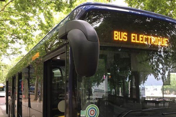 Le BlueBus du groupe Bolloré est en circulation pendant quinze jours sur la liane 15. Sept autres bus électriques de différents constructeurs seront également testés en conditions réelles ces prochains mois.