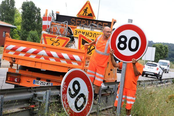 Le remplacement d'un panneau 90km/h par un 80. (image d'illustration)