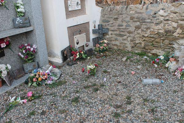Les plaques arrachées dans le cimetière d'Osséja (Pyrénées-Orientales), le 13 février 2020.
