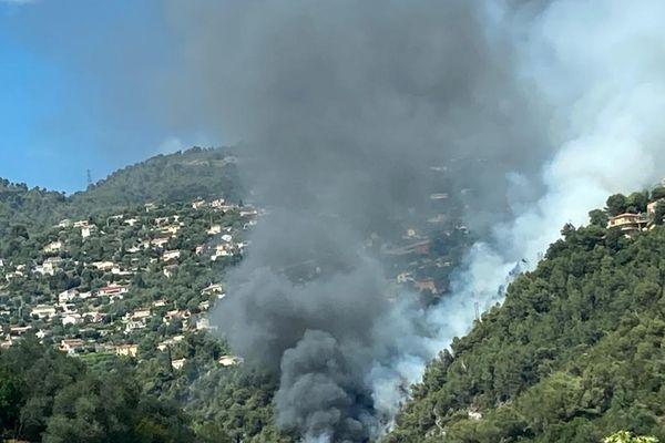 Une colonne de fumée noire se dégage du paysage.
