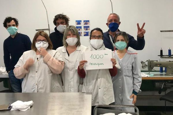 Les personnels de l'ESAT à l'atelier improvisé de confection de masques.