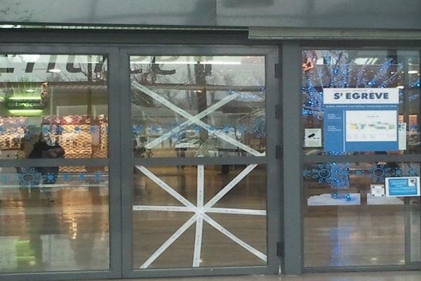 L'entrée 'forcée' du centre commercial Carrefour à Saint-Egrève