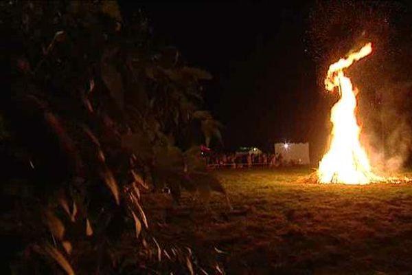 Les flammes de la Saint-Jean brillent à Banèche, commune de Peyrilhac (87).
