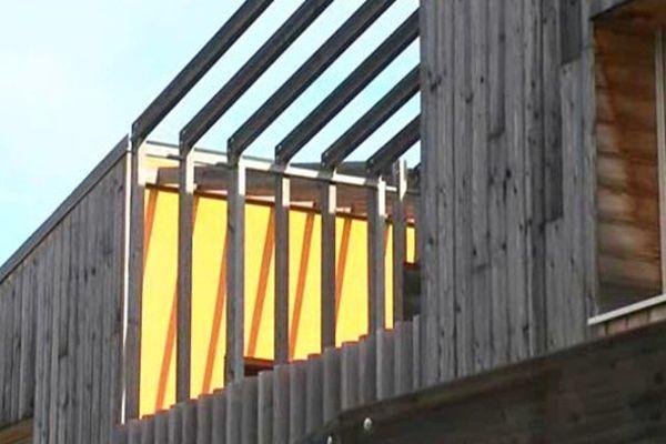 Habitation en bois dans le paysage urbain