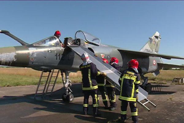 Intervention des pompiers de l'armée de l'air sur la base d'Arvord dans le Cher