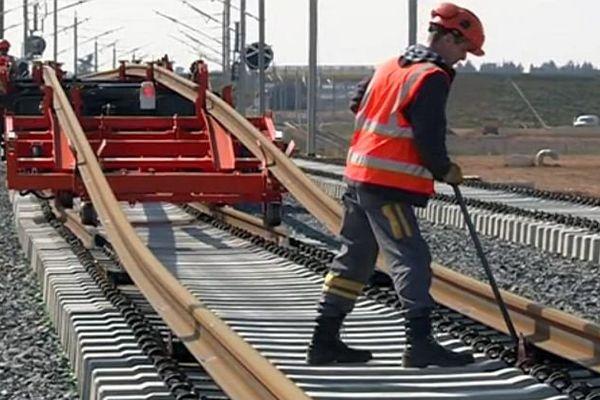 Bouillargues (Gard) - pose des rails géants de 409 mètres sur la future ligne LGV Nîmes-Montpellier - 14 mars 2016.
