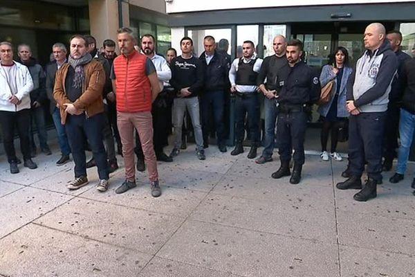 Une trentaine de policiers se sont rassemblés devant l'hôtel de Police de Montpellier.