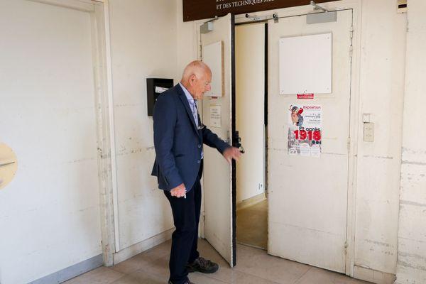 Entrée du musée d'Anesthésie avec son président Alain Neidhardt