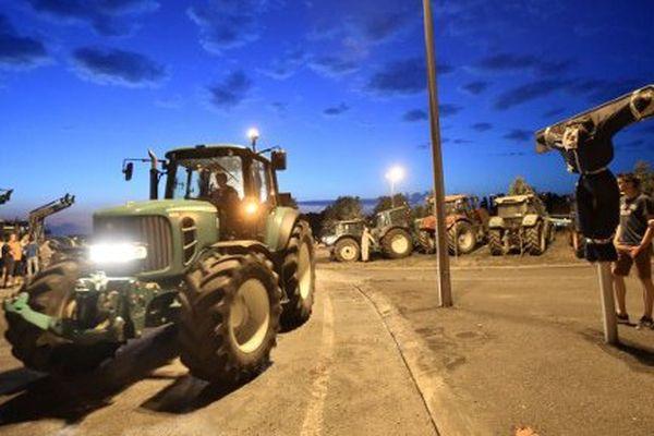 Archive. Blocage des producteurs de lait à proximité du siège de Lactalis, à Laval