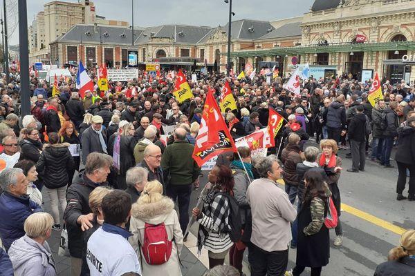 Les manifestants devant la gare Thiers de Nice ce mardi.