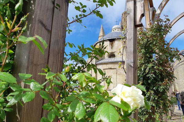 La roseraie du jardin Tudor autour de l'église Notre-Dame de Calais