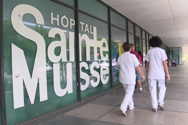 Des soignants devant l'hôpital Sainte-Musse de Toulon.